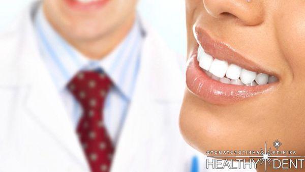 Как правильно отбелить зубы полосками