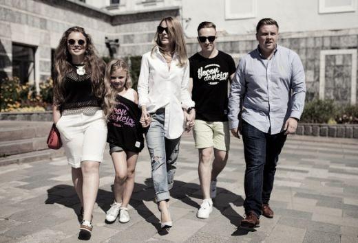 Ольга Фреймут с бывшим мужем и его женой та детьми.