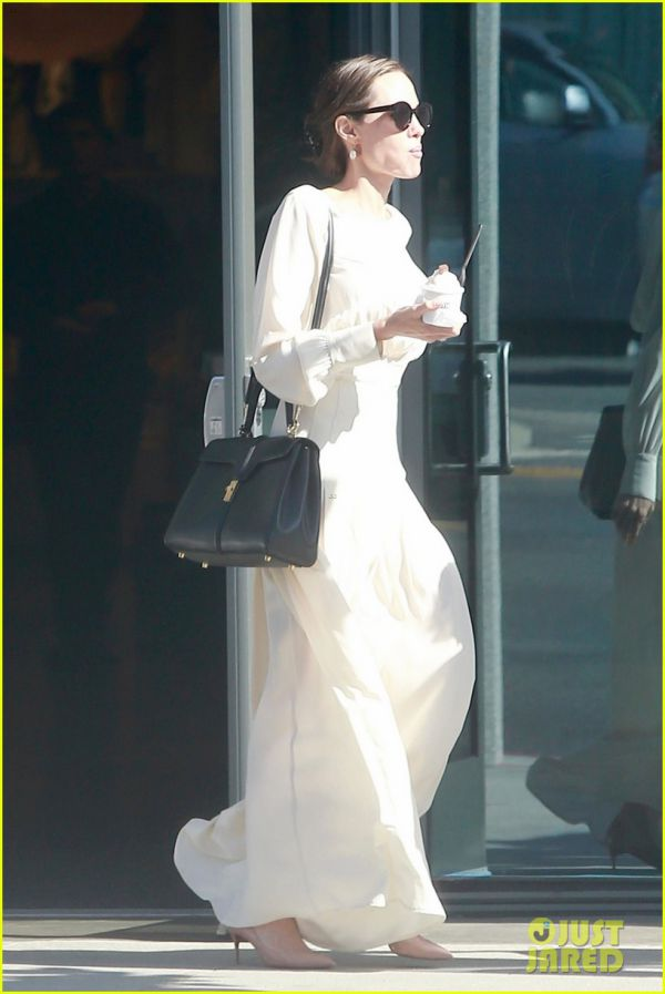 angelina-jolie-spends-her-sunday-with-son-pax-03.jpg (56.69 Kb)