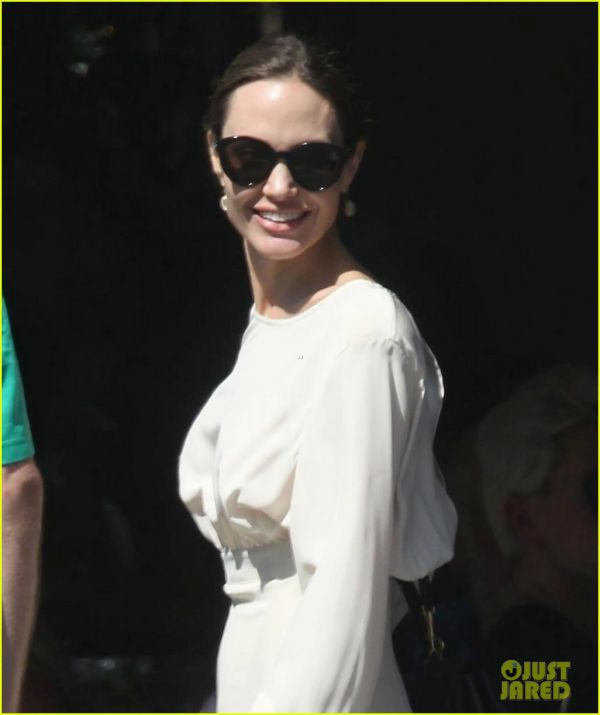 angelina-jolie-spends-her-sunday-with-son-pax-06.jpg (32.7 Kb)