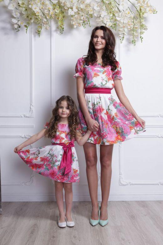 Дочь и мать в одинаковых платьях