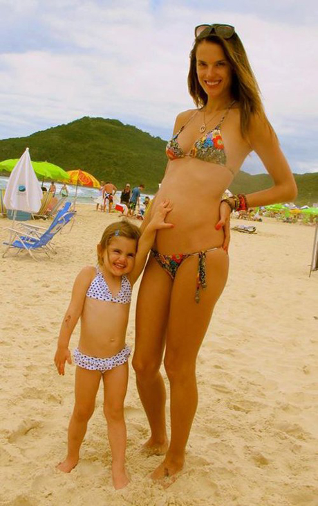 alessandra-ambrosio-bikini-bump-122811-1.jpg (244.15 Kb)