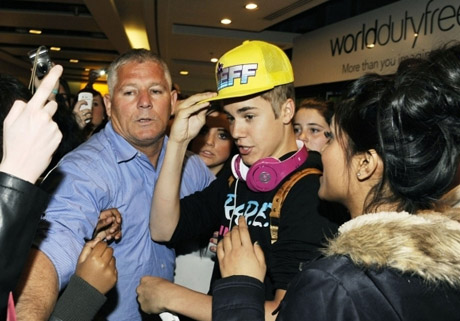 justin-bieber-heathrow-04232012-04-580x435.jpg (73. Kb)