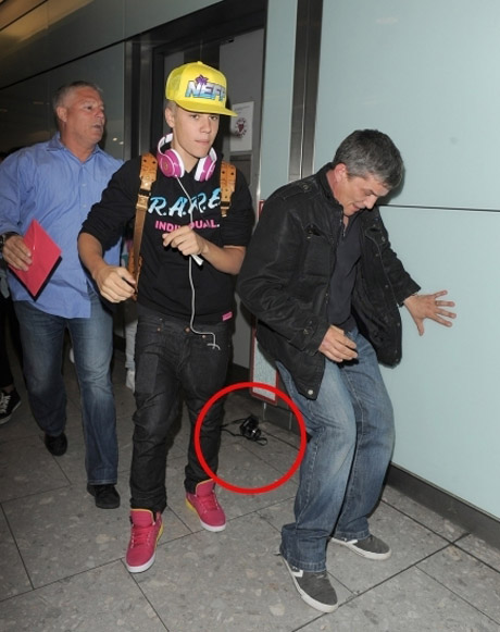 justin-bieber-heathrow-04232012-27-435x580.jpg (85.28 Kb)