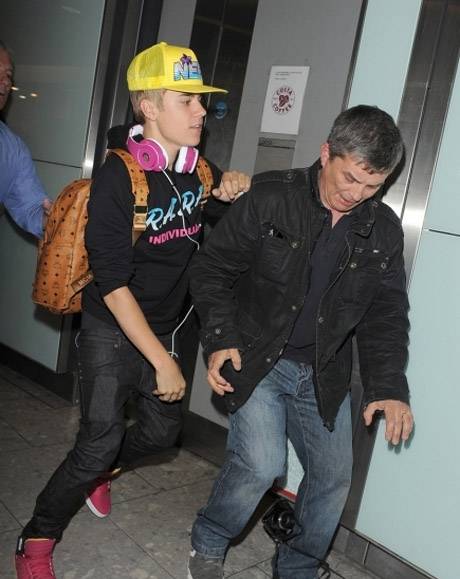 justin-bieber-heathrow-04232012-28-435x580.jpg (85.6 Kb)