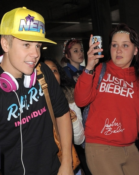 justin-bieber-heathrow-04232012-30-435x580.jpg (96.14 Kb)
